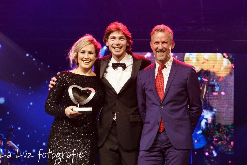 Maartje en Dennis nemen namens Pur Sang de Award in ontvangst